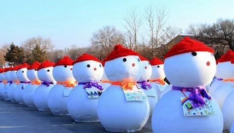 Γλύπτες δημιούργησαν 2.018 χιονανθρώπους