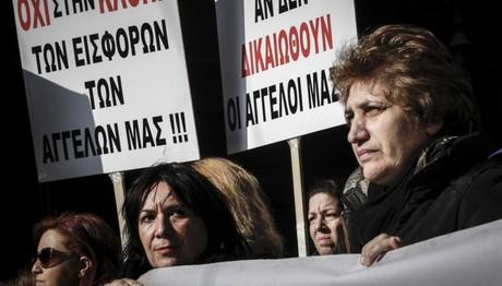 Οι χήρες διαμαρτύρονται έξω από το Υπουργείο Εργασίας