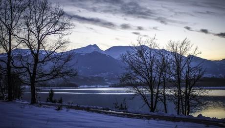 Μαγικές εικόνες από τη χιονισμένη λίμνη Πλαστήρα