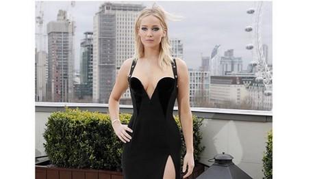 H Jennifer Lawrence παίρνει θέση το ντεκολτέ της