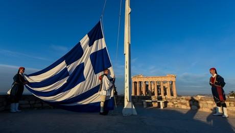 Έπαρση της ελληνικής σημαίας στον Βράχο της Ακρόπολης