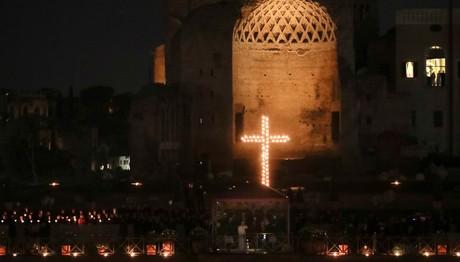 Via Crucis: Ο δρόμος του Σταυρού στο Κολοσσαίο της Ρώμης