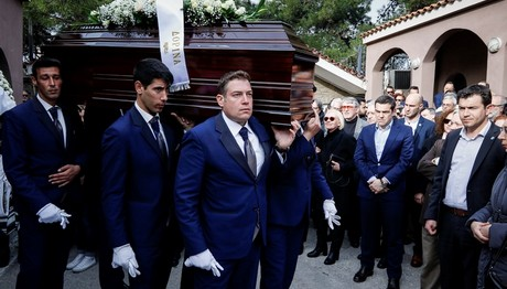 Σε κλίμα συγκίνησης και παρουσία Τσίπρα η κηδεία Μουλόπου