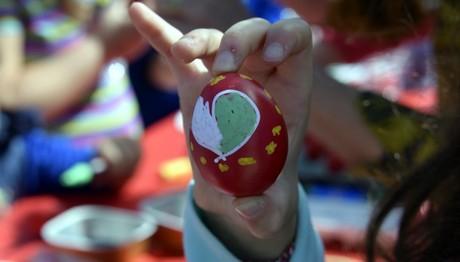 Ναύπλιο: Παιδιά βάφουν πασχαλινά αυγά
