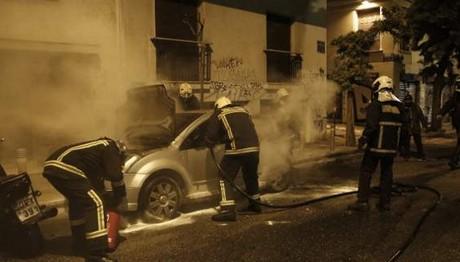Στις φλόγες παραδόθηκε αυτοκίνητο νεαρού τσιγγάνου