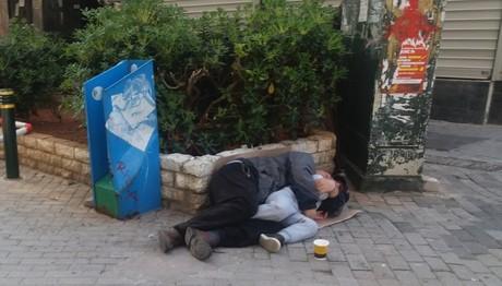 Πειραιάς– Πατέρας και γιος κοιμούνται στο πεζοδρόμιο