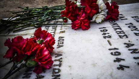 """Λουλούδια για τους 200 της """"ματωμένης Πρωτομαγιάς"""""""