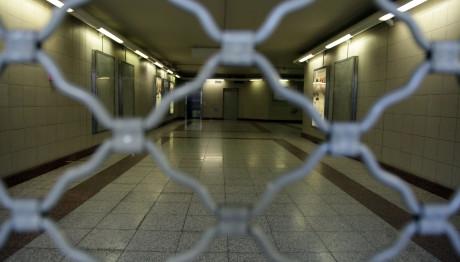 Ρολά κατεβασμένα σε σταθμό του μετρό λόγω στάσης εργασίας