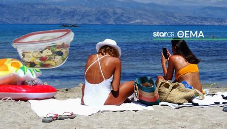 Πέντε μέρες διακοπές οι Έλληνες και… με τάπερ στην παραλία