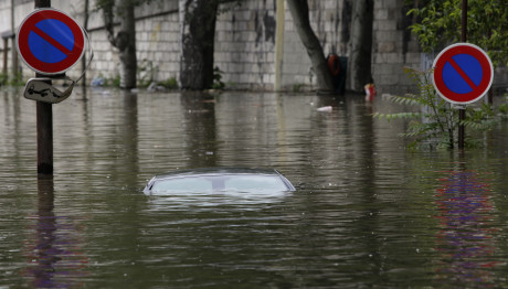 Παρασύρθηκε αυτοκίνητο από τις πλημμύρες στη Γαλλία