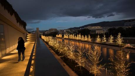 Το κανάλι στο ΚΠΙΣΝ με τα στολισμένα για τα Χριστούγεννα δέντρα