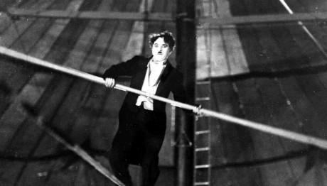 O Τσάρλι Τσάπλιν ακροβατεί σε σχοινί το 1927