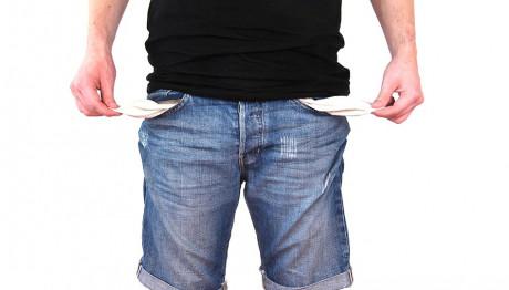 Άδειες τσέπες σε ανδρικό παντελόνι