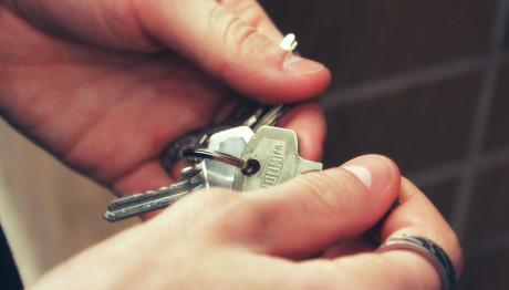 Χέρι κρατά κλειδιά σπιτιού