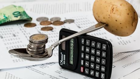 Πατάτα ισορροπεί με κέρματα σε κουτάλι