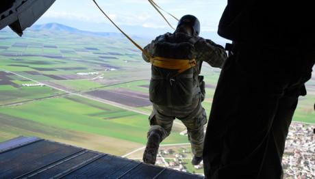 Αλεξιπτωτιστής της ΣΧΑΛ ετοιμάζεται για πτώση από το αεροσκάφος