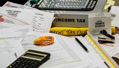 Χαρτιά, κομπιούτερ και δικαιολογητικά για υποβολή φορολογικής δήλωσης