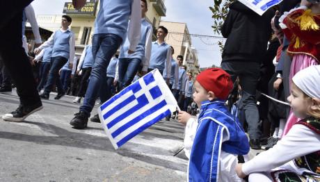 παιδάκι στην παρέλαση της 25ης Μαρτίου