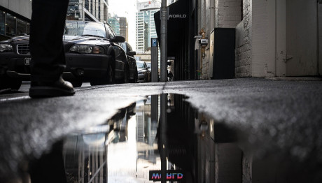 Απόμερο Σοκάκι - Δρόμος με νερό - Παρκαρισμένα αυτοκίνητα
