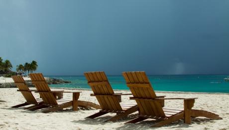 Ξαπλώστρες σε παραλία
