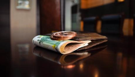 Πορτοφόλι σε τραπέζι