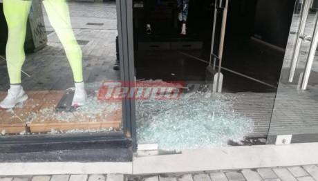 Σπασμένες βιτρίνες σε κατάστημα στην Πάτρα
