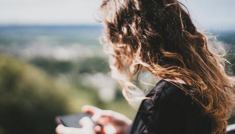 κοπέλα στέλνει μήνυμα