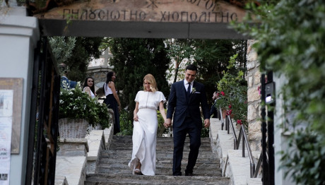 Κικίλιας και Μπαλατσινού κατεβαίνουν τα σκαλιά της εκκλησίας