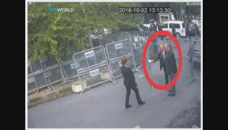 Ο Κασόγκι την ώρα που έφτασε στο προξενείο της Σαουδικής Αραβίας