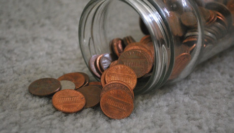 Βάζο με κέρματα στο έδαφος