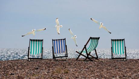 Ξαπλώστες σε παραλία