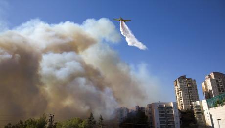 αεροπλάνο σβήνει φωτιά στο Ισραήλ