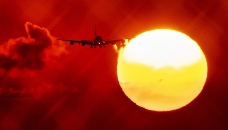 αεροπλάνο δίπλα στον ήλιο