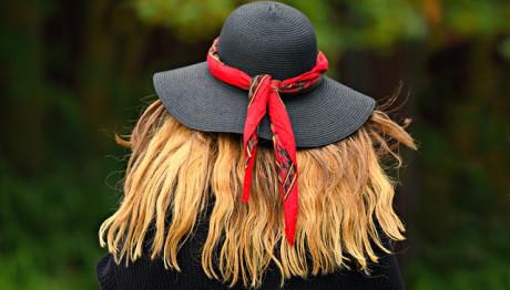 Γυναίκα φορά ψάθινο καπέλο