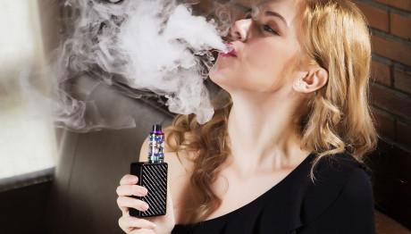 γυναίκα καπνίζει ηλεκτρονικό τσιγάρο