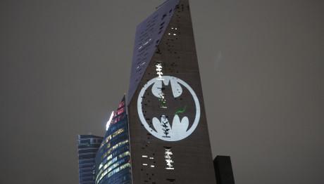 Το Σήμα Του Batman Φωτίζεται Σε Ουρανοξύστη