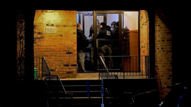 Σικάγο: Άνδρες της αστυνομίας μπαίνουν στην αποθήκη μετά το μακελειό
