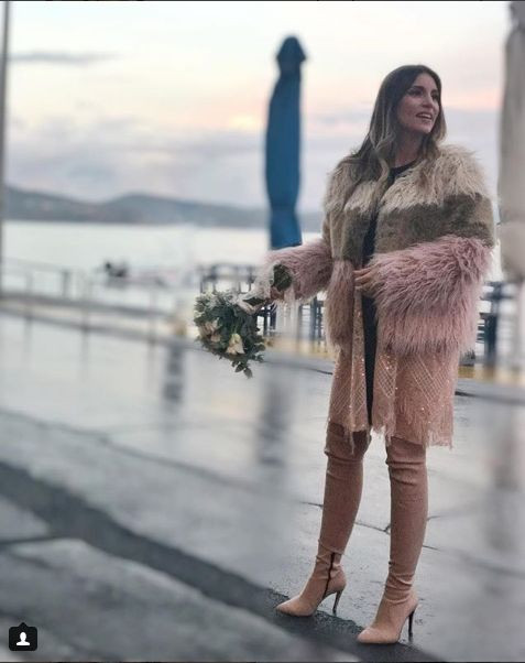 e09f1013e Η νύφη επέλεξε ένα off-the-shoulder ροζ φόρεμα της ελληνικής εταιρείας  Νidodileda, το οποίο κοστίζει 195 ευρώ και μπότες πάνω από το γόνατο στο  χρώμα του ...