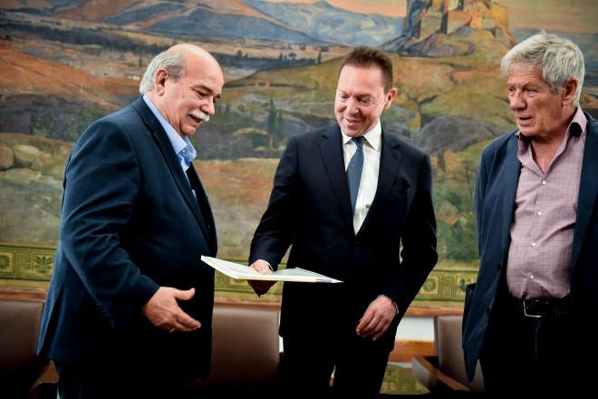 Ο επικεφαλής της ΤτΕ, Γιάννης Στουρνάρας, παραδίδει την έκθεση της κεντρικής τράπεζας στον Πρόεδρο της Βουλής, Νίκο Βούτση