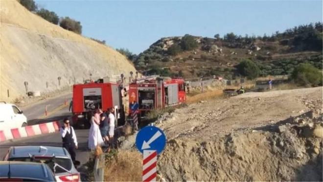 Ο γαμπρός και η νύφη γλίτωσαν κι έβλεπαν το αυτοκίνητο να καίγεται στο Ηράκλειο