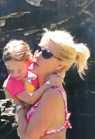 Η Ελένη Μενεγάκη αγκαλιά με την κόρη της Μαρίνα