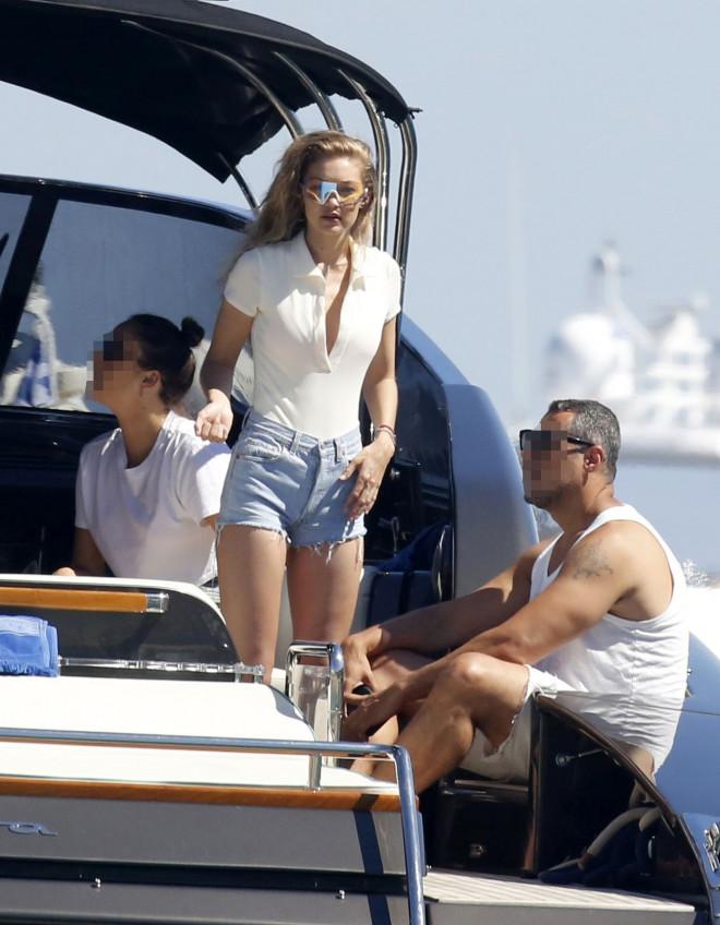 Η Gigi Hadid με τζιν σορτς σε σκάφος στη Μύκονο