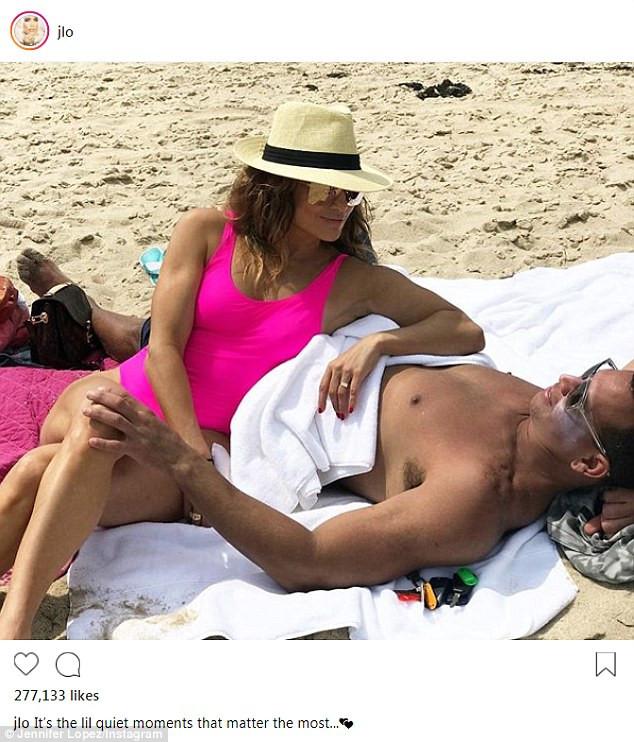 Η Jennifer Lopez στην αγκαλιά του Alex Rodriguez με δαχτυλίδι και φούξια  μαγιό