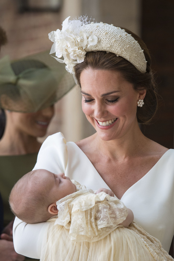 H Kate Middleton με τον Louis να κοιμάται στην αγκαλιά της στη βάφτισή του
