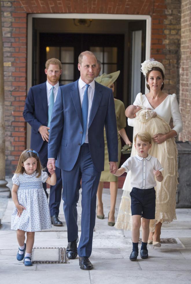 Ο William και η Κate Middleton με τα παιδιά τους στη βάφτιση του Louis