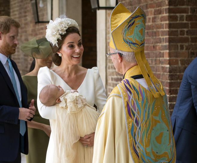 H Kate Middleton με τον πρίγκιπα Louis στην αγκαλιά της