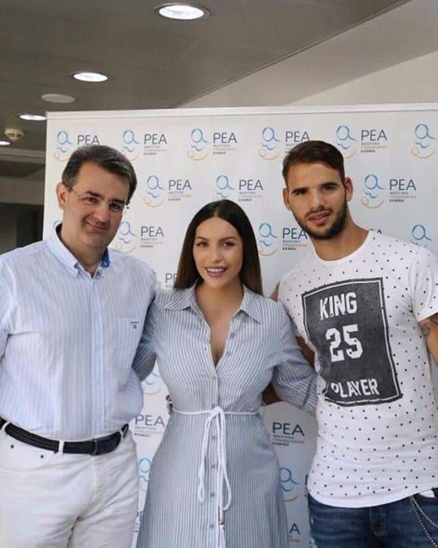 Παναγιώτης Ταχτσίδης  και Ζέτα Θεοδωροπούλου έξω από το μαιευτήριο
