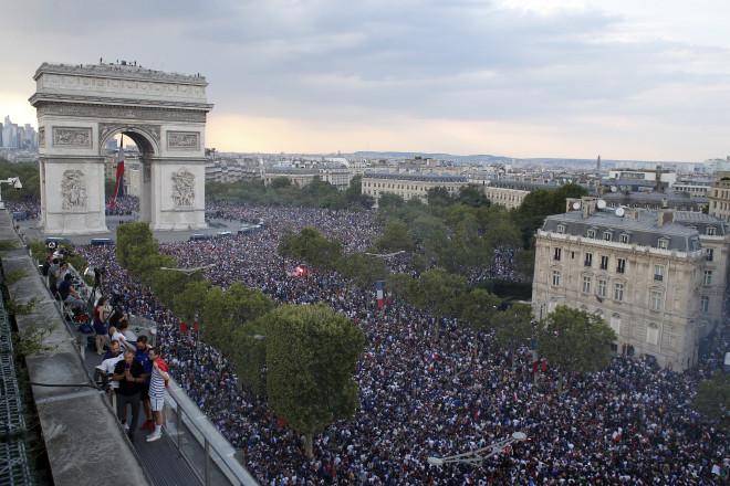 «Πάρτι» στους δρόμους του Παρισιού για το Μουντιάλ