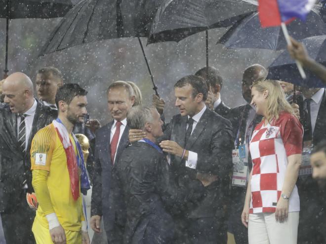 Υπό βροχή ο Μακρόν έδωσε τα συγχαρητήριά τους στους παίκτες της Γαλλίας