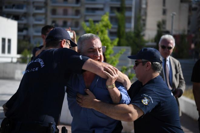 Οι αστυνομικοί προσπαθούσαν να τον συγκρατήσουν